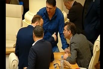 parlamentSi-deputatebi-erTmaneTs-daupirispirdnen-video