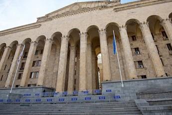 Tbilisi-marTlmadideblobis-saparlamentTaSoriso-asambleis-sesias-maspinZlobs
