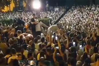 aqciaze-opozicioner-deputatebs-boTlebi-dauSines-da-SeZaxilebiT-Sexvdnen-video