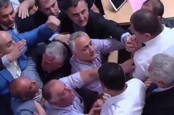 Cxubi-parlamentSi---nika-meliam-da-SoTa-xabarelma-erTmaneTs-mikrofonebi-dauSines-video