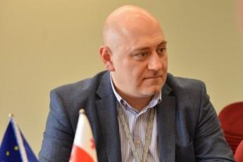 dimitri-cqitiSvili-rusTavi-2-is-Jurnalistebs-yofili-xelmZRvaneli-aSantaJebs