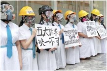 hong-kongSi-demonstrantebis-mxardasaWerad-studentebi-da-moswavleebi-gaificnen