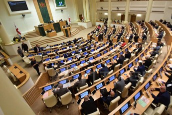 parlamentSi-deputatebs-Soris-fizikuri-dapirispireba-moxda