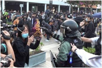 Sobis-win-hong-kongSi-policiam-demonstrantebis-winaaRmdeg-cremlmdeni-gazi-gamoiyena