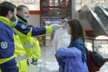 Tbilisis-aeroportSi-mgzavrebs-koronavirusze-amowmeben---jer-eWvi-aravisze-ar-gvaqvs