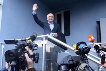 Seuqmnis-Tu-ara-safrTxes-vano-merabiSvili-opoziciur-erTobas---politikur-speqtrSi-gansxvavebuli-mosazrebebi-ismis