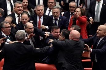 xelCarTuli-Cxubi-TurqeTis-parlamentSi