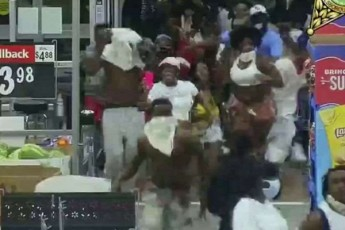 floridaSi-100-obiT-adamiani-Walmart-Si-SeiWra-da-100000-dolarze-meti-Rirebulebis-saqoneli-moipara