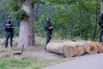germaniis-tyeSi-policia-mSvild-isriT-SeiaraRebul-kacs-eZebs