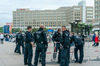 berlinSi-demonstraciebze-45-policieli-daSavda