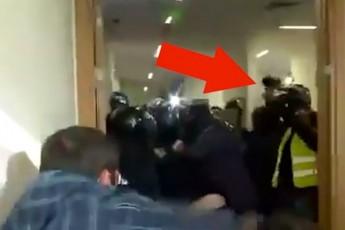 ვიდეოკადრები - როგორ ისვრიან აქტივისტები პოლიციის მიმართულებით მყარ საგნებს