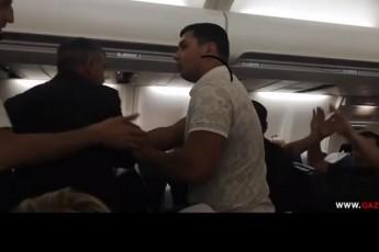 დიდი ჩხუბი და გაწევ-გამოწევა ჰაერში - მინსკი-თბილისის ავიარეისზე ქართველები და ბელორუსები ერთმანეთს დაეჯახნენ (ვიდეო)