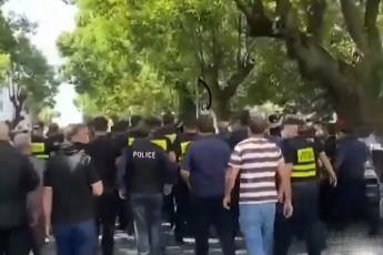 dapirispireba-baTumSi---policiam-aqciis-monawileebs-karvebi-ar-gaaSlevina--video