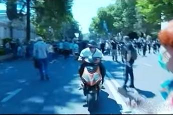 piri-romelic-mopediT-Jurnalistebs-daejaxa-dakavebulia-video