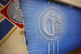 Tbilisis-meria-vrceldeba-informacia-rom-dedaqalaqSi-moqalaqeTa-jgufma-TviTneburad-gaakra-plakatebi-rac-ukanono-qmedebaa-plakatebs-Camoxsnis-Tbilservis-jgufi