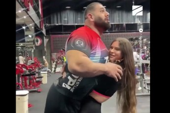 italielma-fitnes-modelma-170-kg-iani-levan-saginaSvili-xelSi-aiyvana-video