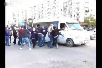 ნაცმოძრაობის მოწინააღმდეგეები გზად მიმავალ კოლონას თავს დაესხნენ - რა მდგომარეობაა ადგილზე? (ვიდეო)